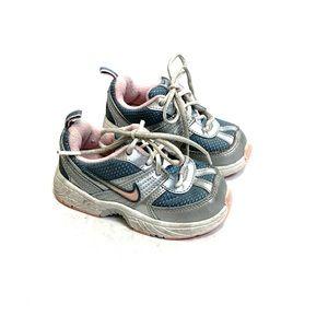 Little kid Nike sneaker size 6. EUC